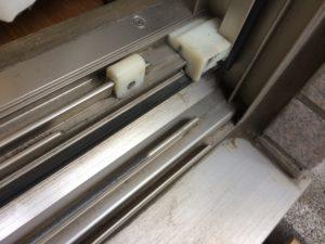 窓サッシのレールをハケで掃除
